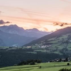 Ausblick in die Berge am Freizeithaus Plonerhof in Italien.
