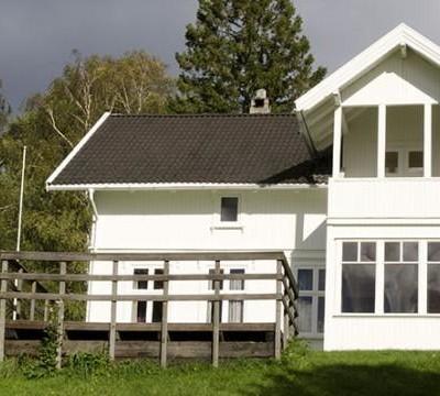 Das große Gruppenhaus Lunde Leirsted in Norwegenliegt unmittelbar in der Natur.
