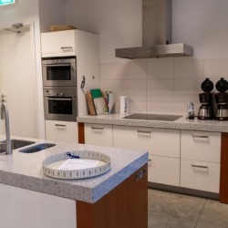 Selbstversorger-Küche im holländischen Gruppenhaus Bij Ceulemans direkt am See für Jugendfreizeiten