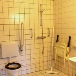 Barrierefreies Badezimmer im Erdgeschoss des niederländischen Gruppenhauses ImminkOpkamer