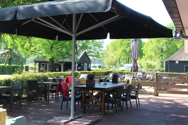 Die Terrasse im niederländischen handicapgerechten Gruppenhaus ImminkOpkamer für Menschen mit Behinderung.