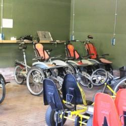 Die Rollifahrräder im niederländischen handicapgerechten Gruppenhaus ImminkOpkamer für Menschen mit Behinderung.