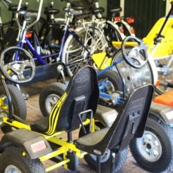 Der Fuhrpark im niederländischen handicapgerechten Gruppenhaus ImminkOpkamer für Menschen mit Behinderung.