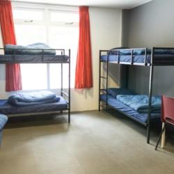 Das Sechsbettzimmer befindet sich im niederländischen Gruppenhaus Kwartjesberg im Hausteil De Koolmees