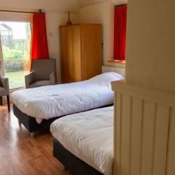 Schlafzimmer im niederländischen rolligerechten Gruppenhaus Markestee