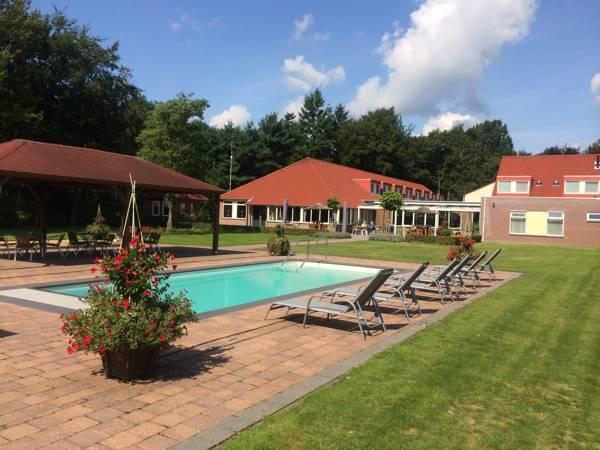 Der Pool unmittelbar am Hotel de Postelhoef in den Niederlanden.