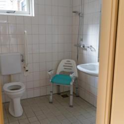 Ein handicapgerechtes Badezimmer im Hotel de Postelhoef in den Niederlanden.