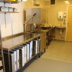 Der Küchenbereich im Gruppenhaus Audnastrand in Norwegen.
