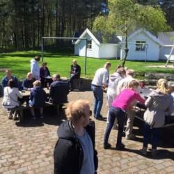 Der Hof des Gruppenhauses Audnastrand in Norwegen.