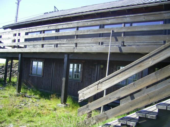 Blick auf das norwegische Gruppenhaus Utsikten