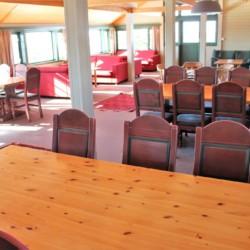 kombinierter Speise- und Aufenthaltsraum im norwegischen Gruppenhaus Utsikten