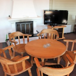 Aufenthaltsecke mit Kamin und TV im norwegischen Gruppenhaus Utsikten