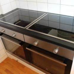 Küche mit Ceranfeld-Herd im norwegischen Freizeitheim Utsikten