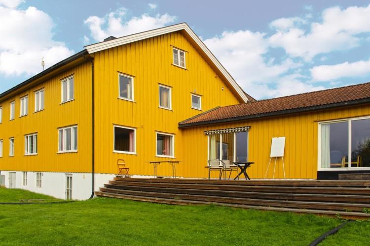 Große Terrasse am norwegischen Gruppenhaus Haraset mit Profiküche und großen Gruppenräumen.