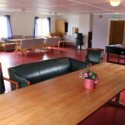Kicker und Billard im großen Gruppenraum im norwegischen Freizeitheim.
