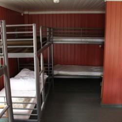 Das Zimmer ist groß und hat freiraum obwohl das einen Sechsbettzimmer ist.
