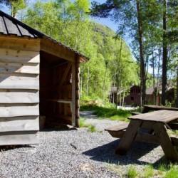 Die Bänke vor der Grillhütte im Gruppenhaus in Norwegen Omlid.
