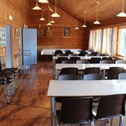 Großer Speiseraum im norwegischen Gruppenhaus Omlid.