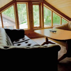 Der kleine gemütliche Gruppenraum auf dem Hems im norwegischen Freizeitheim Omlid