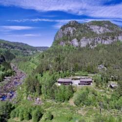 Luftaufnahme vom westnorwegischen Gruppenhaus Omlid.