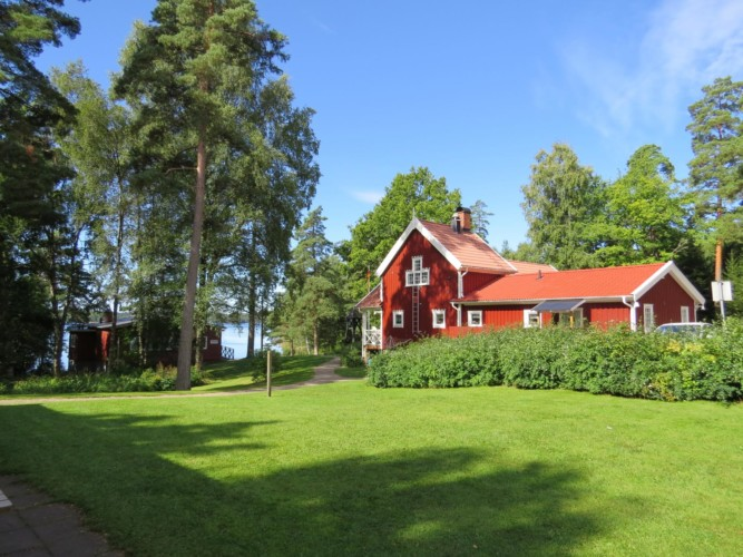 Das Gruppenhaus Bovik Lägergård am See in Schweden.