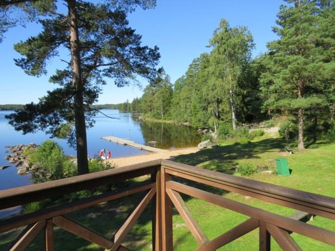 Ausblick auf den See mit Badebrücke am Freizeithaus Bovik Lägergård in Schweden.