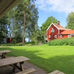 Das Schwedenhaus Bovik Lägergård für Gruppenreisen am See.