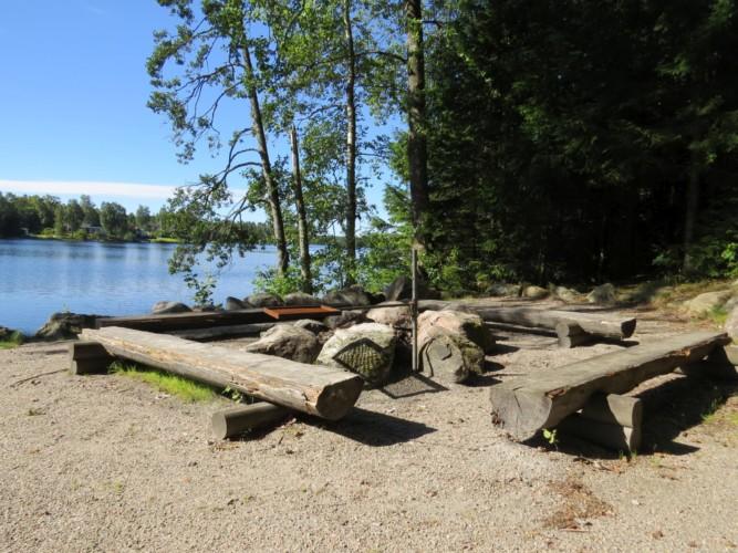Lagerfeuerstelle des Hauses Bovik Lägergård am See in Schweden für Gruppenreisen.