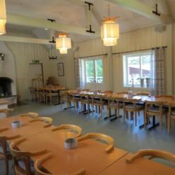 Der Speiseraum mit Kamin im Freizeitheim Bovik Lägergård in Schweden.