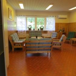 Gruppenraum im Ferienhaus Bovik Lägergård in Schweden.