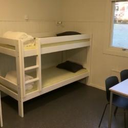 Schlafzimmer im Gruppenhaus Bovik Lägergård in Schweden.