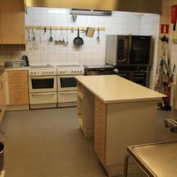 Die Küche im Kinder und Jugendhaus Bovik Lägergård in Schweden.