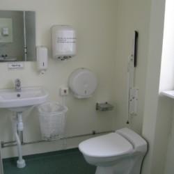 Rolligerechte sanitäre Anlagen im Freizeitheim Bovik Lägergård in Schweden.
