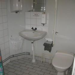 Die sanitären Anlagen im Freizeithaus für Gruppen Bovik Lägergård in Schweden.