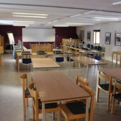Der Seminarraum mit Medien im Gruppenhaus Gläntan in Schweden.