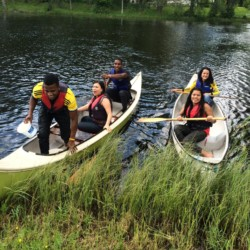 Kanufahren am schwedischen Gruppenhaus Kåfalla Herrgård am See für Jugendfreizeiten