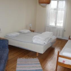 Dreibettzimmer im schwedischen Freizeitheim Kåfalla Herrgård am See für Kinderfreizeiten