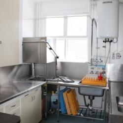 Spülecke in der Selbstversorger-Küche vom schwedischen Gruppenhaus Kåfalla Herrgård am See für Jugendfreizeiten