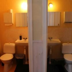 Sanitärbereich im schwedischen Gruppenhaus Kåfalla Herrgård am See für Jugendfreizeiten