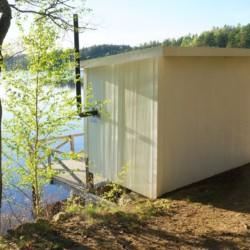 Eine kleine Holzsauna direkt am See des Gruppenhauses Sommarhagen in Schweden.
