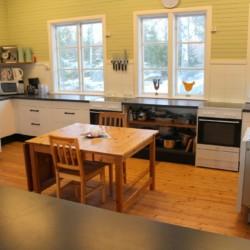 Der Küchenbereich im Freizeitheim Sommarhagen in Schweden.