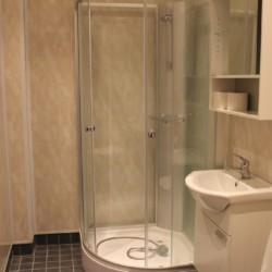 Ein renoviertes Badezimmer im Haus Sommarhagen in Schweden.