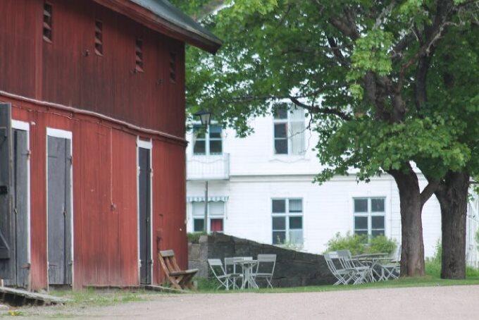 großes Außengelände des schwedischen Gruppenhauses am See Vägsjöförs Herrgård
