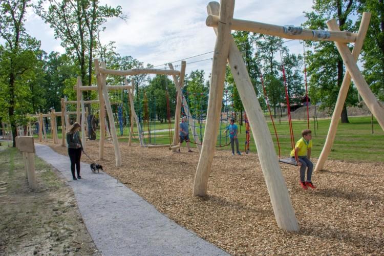 Ein Spielplatz auf dem Gelände des Gruppenhauses Ljutomer in Slowenien.