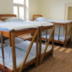 Ein Zimmer mit Stockbetten im slowenischen Freizeitheim Ljutomer.