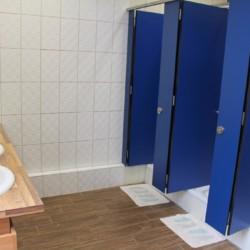 Die Badezimmer im Gruppenhaus Ljutomer in Slowenien.
