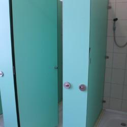 Der Duschbereich im Gruppenhaus Ljutomer in Slowenien.