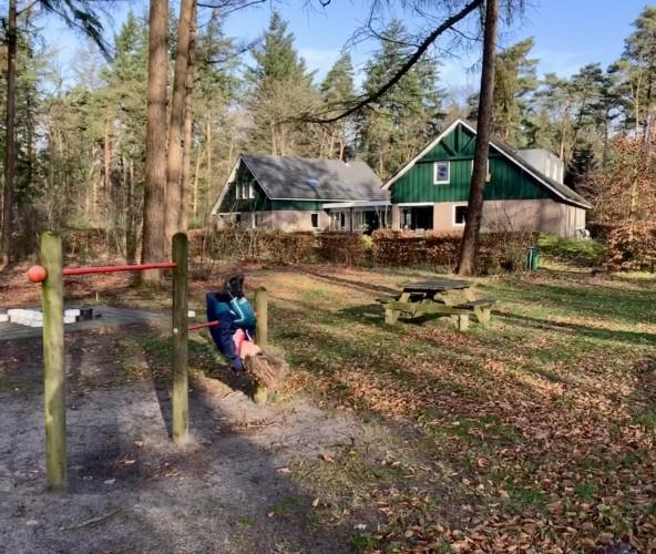 Der Außenbereich am niederländischen Freizeithaus De Jorishoeve für Gruppenreisen.