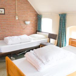 Ein Schlafzimmer mit Pflegebett im niederländischen Gruppenhaus De Boerschop.