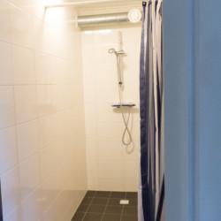 Sanitäre Anlagen mit Einzeldusche im Gruppenhaus De Boerschop in den Niederlanden.